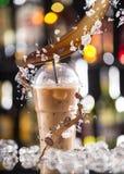 Kaltes Kaffeegetränk mit Eis, Bohnen und Spritzen Stockbilder