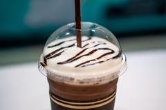 Kaltes Kakao-Getränk auf einer weißen Tabelle stockbilder