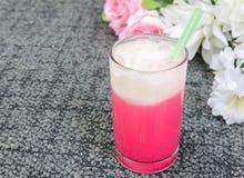 Kaltes Milchrosa im Glas Stockfoto