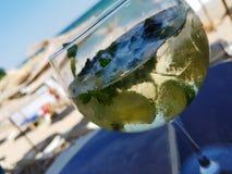 Kaltes mojito Cocktail auf Strand- und Seeansicht stockfotos