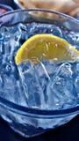 Kaltes Schmelzwasser mit Zitrone Stockfotos