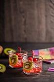 Kaltes Sommercocktailgetränk mit Kirsche und Kiwi Stockfotos