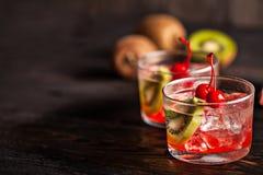 Kaltes Sommercocktailgetränk mit Kirsche und Kiwi Lizenzfreies Stockbild