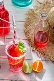 Kaltes Sommergetränk in der Flasche Stockbild