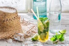 Kaltes Sommergetränk mit Zitrusfrucht Stockfotos