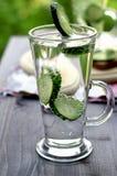 Kaltes Trinkwasser mit Gurke in einem Glas Stockfotografie