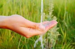 Kaltes Wasser in der Hand Stockbilder