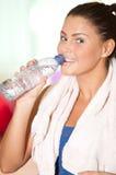 Kaltes Wasser des Frauengetränks nach Sportserie. Lizenzfreie Stockfotos