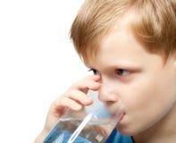 Kaltes Wasser des Getränks des kleinen Jungen Lizenzfreie Stockfotografie