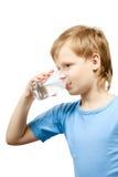 Kaltes Wasser des Getränks des kleinen Jungen Lizenzfreie Stockfotos