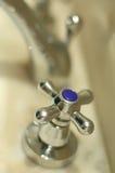 Kaltes Wasser des Hahns lizenzfreie stockfotografie