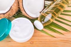 Kaltgepresster reiner Extrakokosnussöl in den Flaschen und im Glas Lizenzfreie Stockbilder