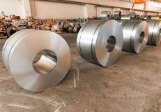 Kaltgewalzter Stahl umwickelt in den Speicherbereich, der bereit ist, zur Maschine einzuziehen Lizenzfreies Stockfoto