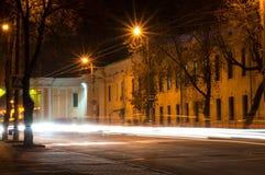 Kaluga La via della città di notte ha sparato con un'esposizione lunga alle luci delle automobili e delle lampade di via Fotografie Stock