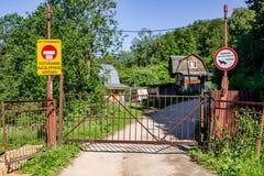 Kaluga region Rosja, Czerwiec, - 2018: Pokrywający się wejście terytorium lato chałupy zdjęcia royalty free