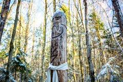 Kaluga-Region, Russland - November 2017: Slawische heidnische Idole auf dem Waldtempel stockfotos