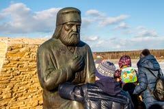 Kaluga region, Ryssland - mars 2019: Monument till den ryska ortodoxa munken Seraphim av Sarov fotografering för bildbyråer
