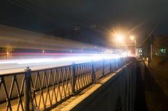 Kaluga A rua da cidade da noite disparou com uma exposição longa às luzes dos carros e das lâmpadas de rua Imagem de Stock Royalty Free