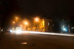Kaluga A rua da cidade da noite disparou com uma exposição longa às luzes dos carros e das lâmpadas de rua Fotos de Stock