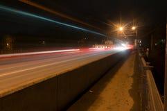 Kaluga A rua da cidade da noite disparou com uma exposição longa às luzes dos carros e das lâmpadas de rua Fotografia de Stock Royalty Free