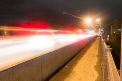 Kaluga A rua da cidade da noite disparou com uma exposição longa às luzes dos carros e das lâmpadas de rua Imagens de Stock Royalty Free