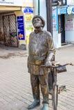 KALUGA, RUSIA - AGOSTO DE 2017: Monumento al científico Konstantin Tsiolkovsky con una bicicleta foto de archivo