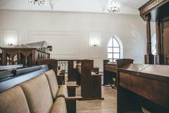 Kaluga, Rusland - circa Augustus 2018: Synagoge binnen binnenland met rijen van banken voor gebeden stock afbeeldingen