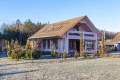 Kaluga, Rusland, 11 16 2018 Logboekplattelandshuisje Het huis wordt gemaakt van houten, gebouwde antiquiteit royalty-vrije stock afbeeldingen