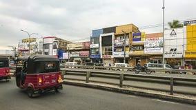 Kalutara, Шри-Ланка - 24-ое января 2017: Часть городской жизни - здания, реклама, дорога города, переход стоковая фотография