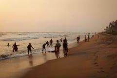 Kalutara, Sri Lanka - April 15, 2017: Silhouetten van plaatselijke bewoners, mos stock foto's