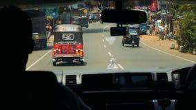 KALUTHARA, SRI LANKA - 25 09 2016: Vie dello Sri Lanka da un minibus archivi video