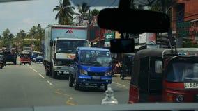 KALUTHARA, SRI LANKA - 25 09 2016: Vie Tuk Tuk sulla via dello Sri Lanka video d archivio