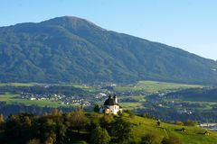 Kalvarienberg, Innsbruck en sol atmosférico de la tarde Foto de archivo