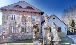 Kalvarienberg und Pfarrhaus Stockfoto