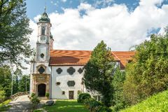 Kalvarienbergkirche kyrka överst av calvarykullen i dåliga Tolz, Bayern, Tyskland arkivbilder