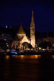 Kalvinistische Kirche von der Donau nachts Lizenzfreie Stockfotos