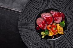 Kalvkött av medelstek med tranbärsås Arkivbild