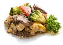 Kalvköttet som in stekas, WOKAR med grönsaker i soya asiatisk lunch royaltyfria foton