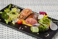 Kalvköttsås med grönsaker på den mörka plattan Royaltyfri Bild