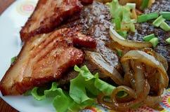 Kalvlever och bacon arkivfoto