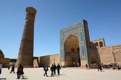 Kalyan minaret och port för Kalan moskéingång Komplex Po-jag-Kalyan byggda uzbekistan royaltyfria foton