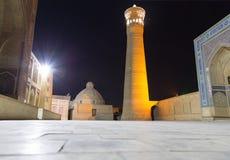 Kalyan Minaret y Miri Arab Madrasah en la puesta del sol, Bukhara, Uzbekistán imagen de archivo libre de regalías