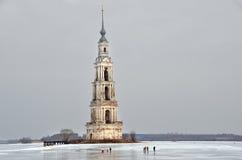 Kalyazin,俄罗斯, 2014年3月, 02日 走在圣尼古拉斯附近钟楼的人们在冬天在多云天气的Kaliazin 免版税库存图片