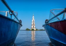 Kalyazin Ryssland - 20 Juli 2017: Den översvämmade klockstapeln är en del av den översvämmade kyrkan och den mest slående gränsmä Arkivfoto