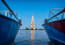 Kalyazin Ryssland - 20 Juli 2017: Den översvämmade klockstapeln är en del av den översvämmade kyrkan och den mest slående gränsmä Royaltyfri Fotografi