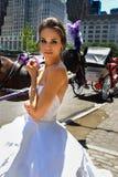 Kalyn Hemphill di modello posa davanti al trasporto del cavallo al tiro di foto nuziale di Irina Shabayeva gli ss 2016 Fotografia Stock Libera da Diritti