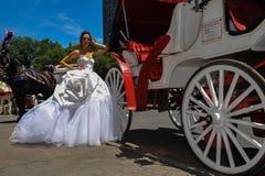 Kalyn Hemphill di modello posa davanti al trasporto del cavallo al tiro di foto nuziale di Irina Shabayeva gli ss 2016 Fotografia Stock