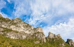 Kalzitberg mit blauem Himmel an khao Sam-ROI-yod Nationalpark Lizenzfreies Stockbild