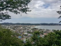 Kamakura, ΙΑΠΩΝΙΑ, στις 18 Αυγούστου 2017, άποψη του κόλπου Enoshima, νησί Enishima σε θερινή περίοδο Στοκ φωτογραφία με δικαίωμα ελεύθερης χρήσης