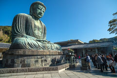 Kamakura Daibutsu eller stor Buddha som göras från stenen och blå himmel Royaltyfri Bild